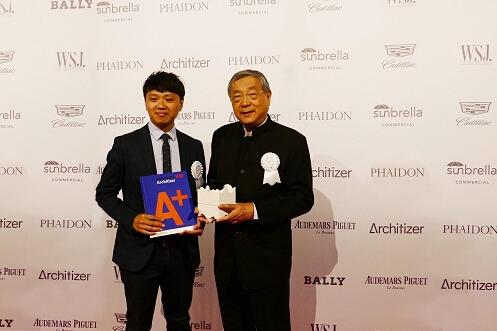 图一 潘冀建筑师(右)与潘冀联合建筑师事务所曾彦智项目经理(左)亲访纽约参加颁奖典礼