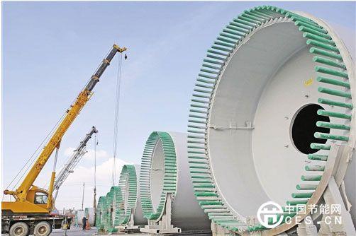 11月16日,两台吊车在新疆哈密中复连众风电装备制造基地吊运刚下线的风叶。近年来,我国千万千瓦风电基地之一的新疆哈密地区依托丰富的风能资源,大力发展风电装备制造业,目前已有金风、海装、泰胜、北车等大型风电装备制造企业落户哈密,实现了风电机组、塔筒、叶片、机舱罩、法兰、转子等主体设备本地化生产,形成产能达300万千瓦以上。