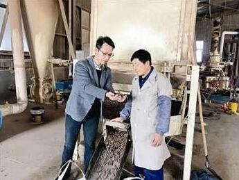 兴化市大学生村官办起生物质燃料加工厂