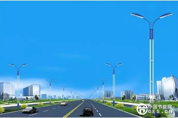 一般主干道路上采用双侧布灯。双侧布灯大体有两种方式:一种是对称布置,另一种是交错布置。两种布置各有优劣。对称布置的优点是比较美观,但不足之处是照度不够均匀,适合较宽的道路。交错布置美观上虽然不如对称布灯,但照度比较均匀。考虑到住宅小区内道路照明在满足功能性的前提下,更要注重美观性,可选择一些外形美观的庭院灯。灯高在3-4米,单个光源功率不要过大,灯具不要安装在居民楼一层窗户附近,避免影响居民休息。小区内广场、停车场等较大型场地可选择庭院灯,也可选用飞蝶形、球形、蘑菇形等高杆灯,但灯的高度及光源照射角度要