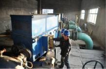 宁津县热电厂供热站工作人员对设备进行最后的检修