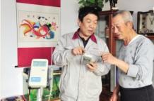 天津市河东区供热站工作人员到居民家实测供暖温度