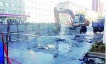 400mm供热管线漏水 维修人员紧急抢修