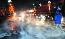 市医院附近供暖管道爆裂 供热公司工作人员及时抢修