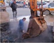 站前供热管道漏水 抢修人员已进行处置